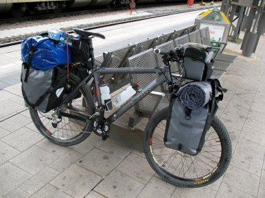 Frau Herrmann Steiff vor der Abfahrt am Frankfurter HBF. Ohne Ende vollbepackt? Stimmt leider. Nach der Radtour ging es direkt uffe neue Arbeit und dafür musste ich zusätzlichen Kram mitschleppen.