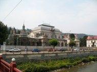 ...zeigt verschiedene Gebäude (hier das alte Kasino)...