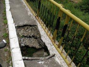 Ein Loch in der Brücke.