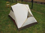 Gut zu sehen: oben, an der Firststange ist das Zelt breiter als darunter am Boden!