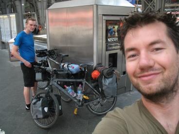 Martin und ich sind noch in Frankfurt und holen Magda gleich aus Stuttgart ab.