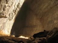 Um Vorstellungen von der Größe der Höhle zu bekommen: von der Beamshotposition schaue ich nun einfach nach hinten. Unten links, das sind Menschen ;)