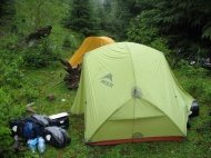 Zelte im Sumpf.