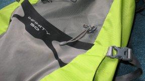 Klasse Tasche, die mittels der oberen Kompressionsriemen geschlossen wird.