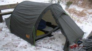 Das Zelt steht schlabberig, es wurde mit zwei Bänken abgespannt...