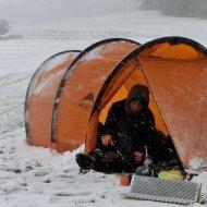 Leider kann ganz gut Schnee durch die offenen (verschließbaren) Lüfter des MSR Dragontail eindringen