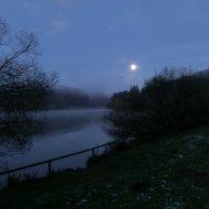 Das Ende der Tour, sonderlich hell ist es nicht mehr. Aber der nebelige See bei Mondenschein war noch einmal ein ganz besonderer Anblick