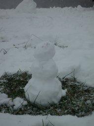 Ein viertel von uns war nicht ganz so motiviert beim Bau, der Schneejunge diente aber hervorragend als Munition für die Schneeballschlacht.